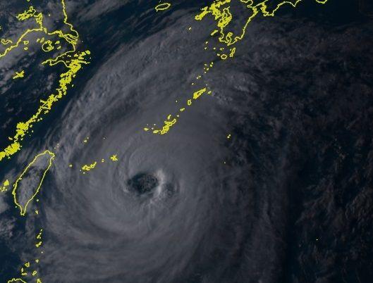 28日午後5時時点の衛星画像(ひまわりリアルタイムWebより). 大型で非常に強い台風24号(