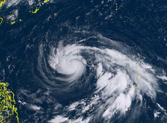 23日午前9時10分時点の衛星画像(ひまわりリアルタイムWebより). 強い台風24号