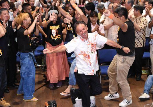 翁長さんの魂継ぐ 沖縄知事当選の玉城さん 未来のため「体張る」