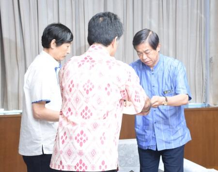 パラシュート降下訓練に抗議 謝花副知事、米側説明に反論