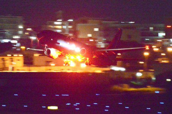 米海軍機、夜間離着陸繰り返す