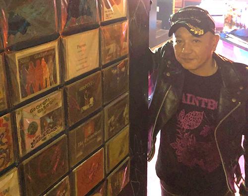 沖縄インディーズの歴史がここに! 自主制作CD300枚を展示