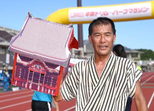 首里城かぶってパフォーマンス大賞 中部トリムマラソン 消防士の上江洲さん