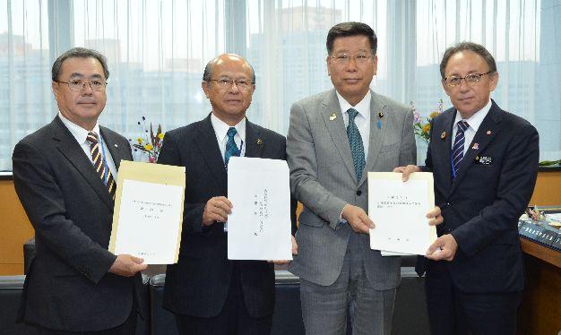 知事、沖縄相に3190億円満額確保要望 来年度予算、市長会長・町村会長と共同で