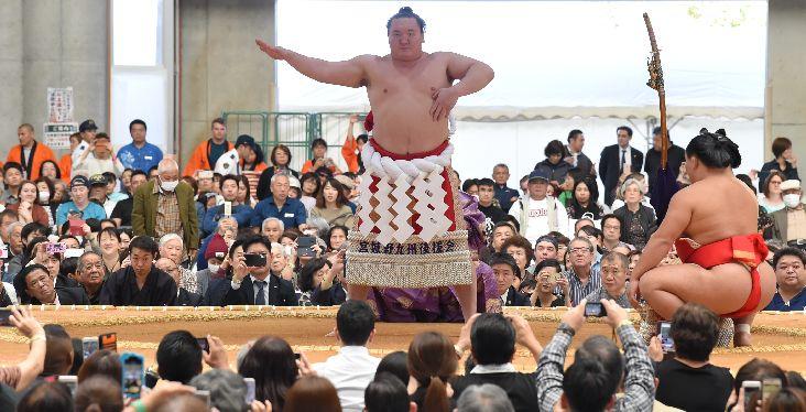 大相撲沖縄場所開幕 横綱土俵入り 視線くぎ付け