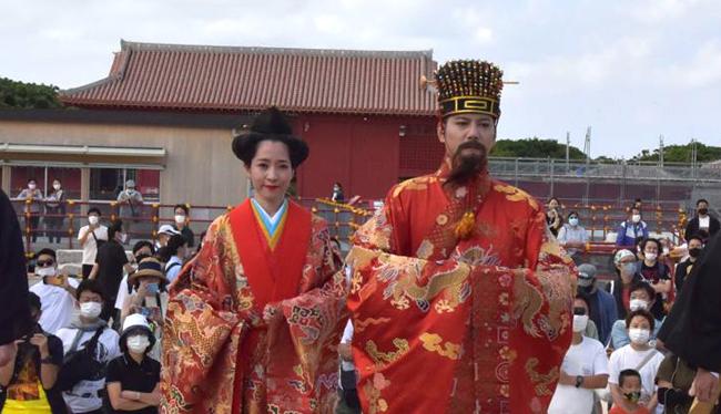 鮮やかに国王・王妃出御、一般客に披露 首里城祭始まる