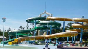 ウォータースライダーへGO(1) 県総合運動公園