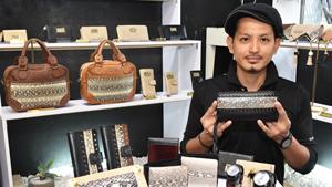 県産ハブ、クールに 革製品の「ユーイファクトリー」