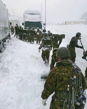 大雪なお680台足止め、北陸 福井県が災害救助法適用