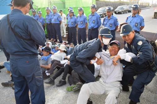 警察官が座り込みの市民ら排除 辺野古ゲート前 - 琉球新報 - 沖縄の ...
